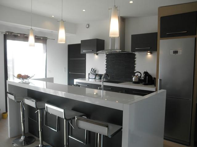 maison neuve moderne le monde de l a. Black Bedroom Furniture Sets. Home Design Ideas