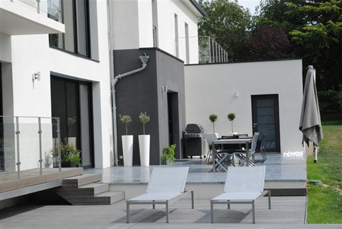 Terrasse villa moderne le monde de l a for Modele de terrasse moderne